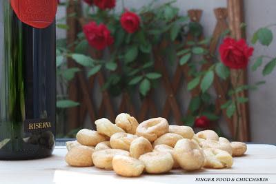 Taralli sul tavolo e vino
