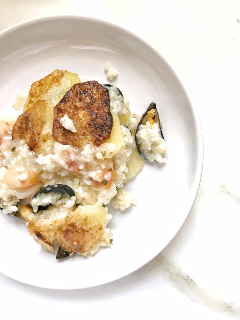 Piatto con riso, patate e cozze
