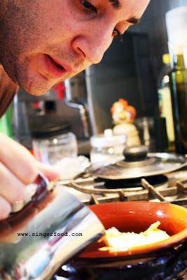 Pietro che prepara riso, patate e cozze
