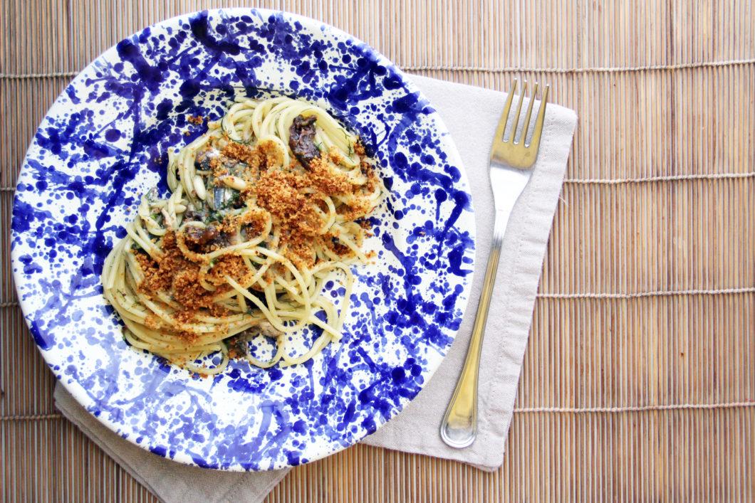 Piatto di Spaghetti con le sarde con prugne secche