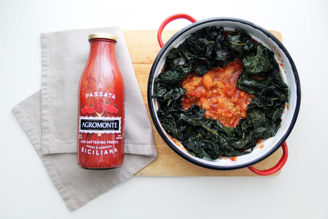 Trippa al pomodoro e verdure con bottiglia di salsa di pomodoro