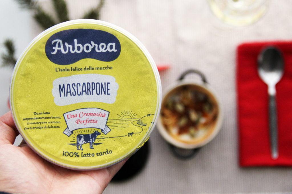 Mascarpone Arborea in primo piano con sfondo del piatto di crespelle in cocotte