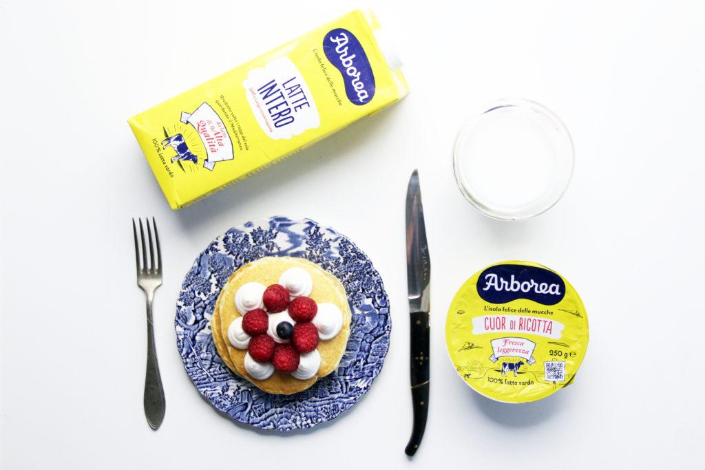 Pancake con crema di ricotta, lamponi e mirtilli