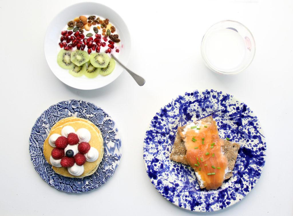 Yogurt, pancake e salmone affumicato su fette integrali