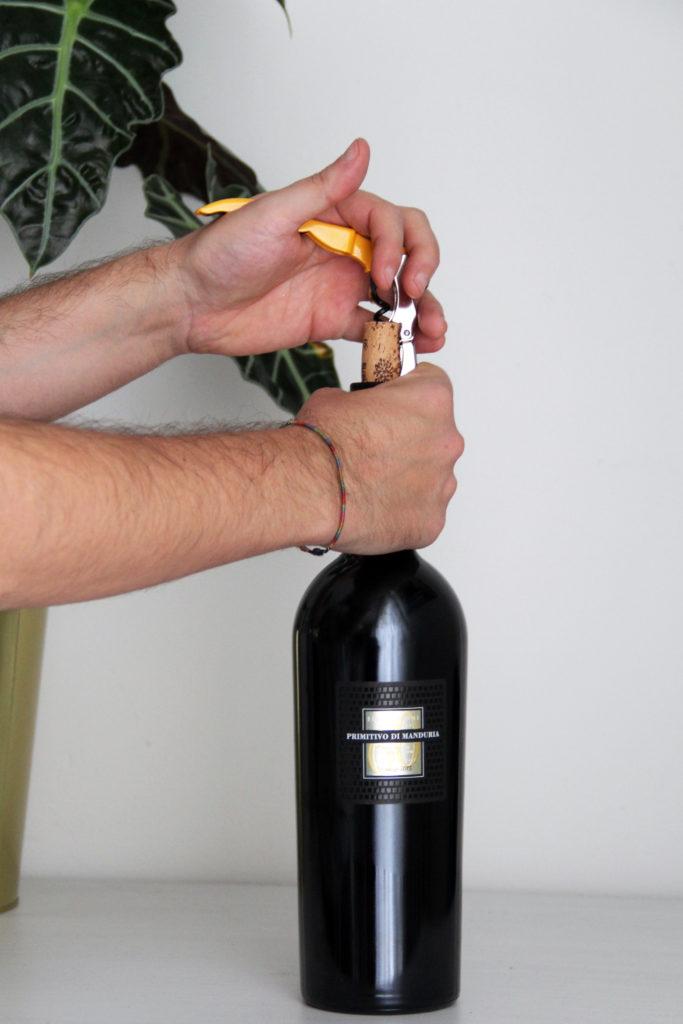 Apertura della bottiglia di Sessantanni Primitivo di Mandura DOP