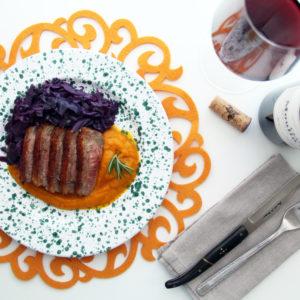 Petto d'anatra alla piastra, crema di zucca e cavolo cappuccio viola con vino e calice