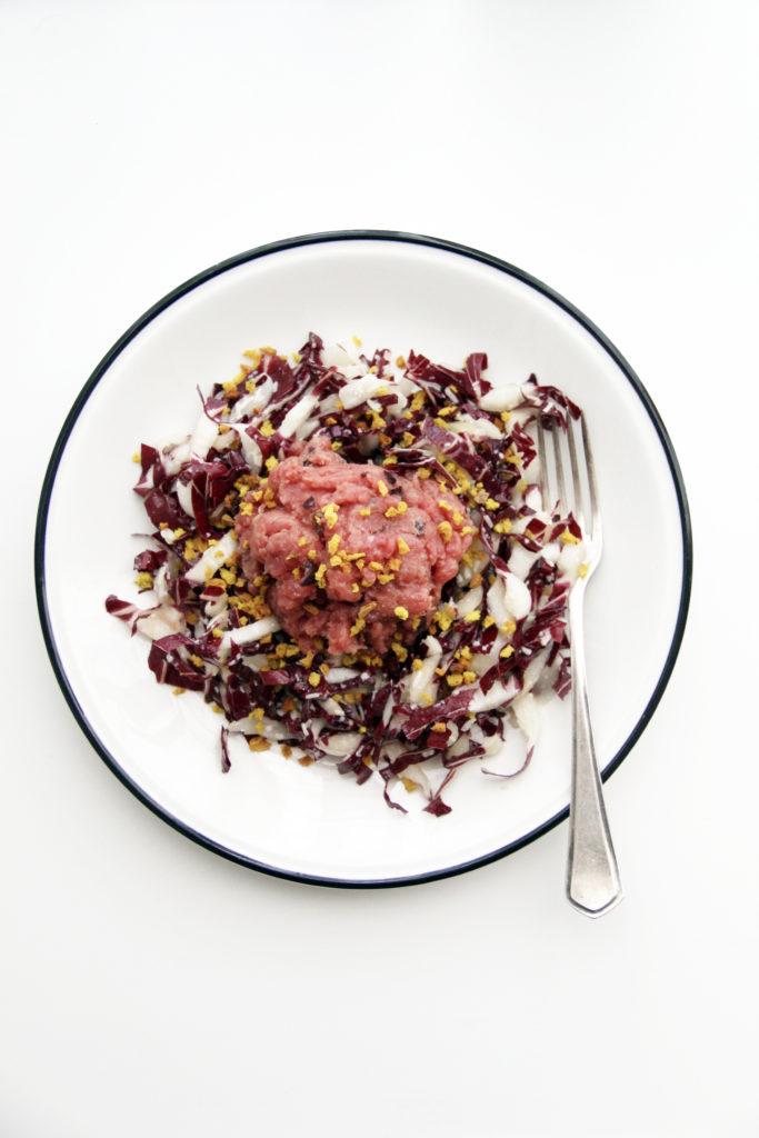 Tartare su insalata di radicchio con granella di friscous
