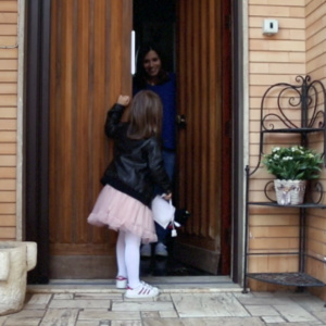 Arrivo di una bambina che bussa a una porta