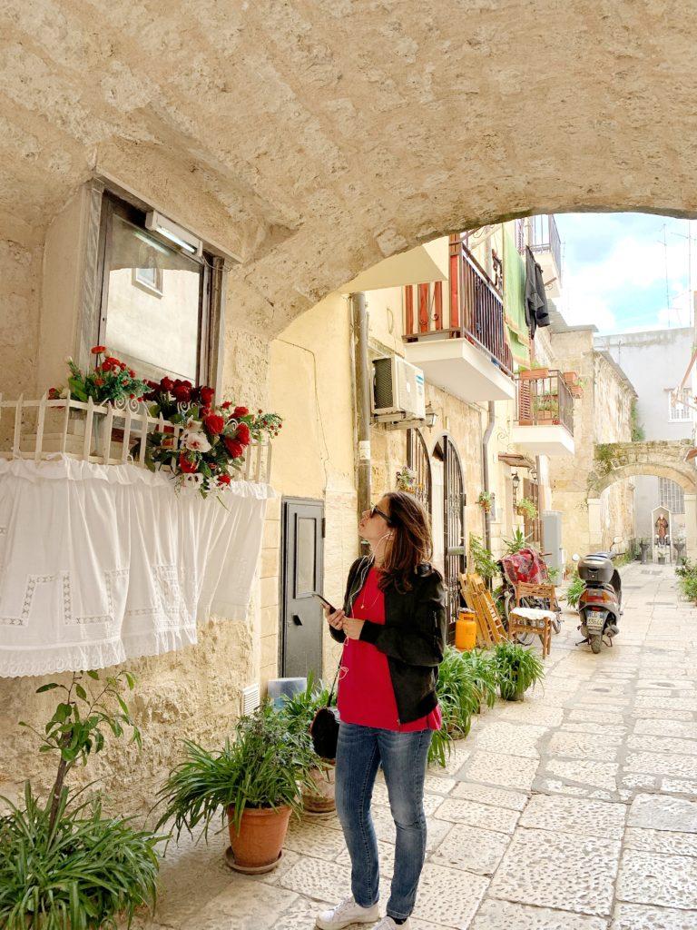 Francesca mentre passeggia per le strade di Bari Vecchia