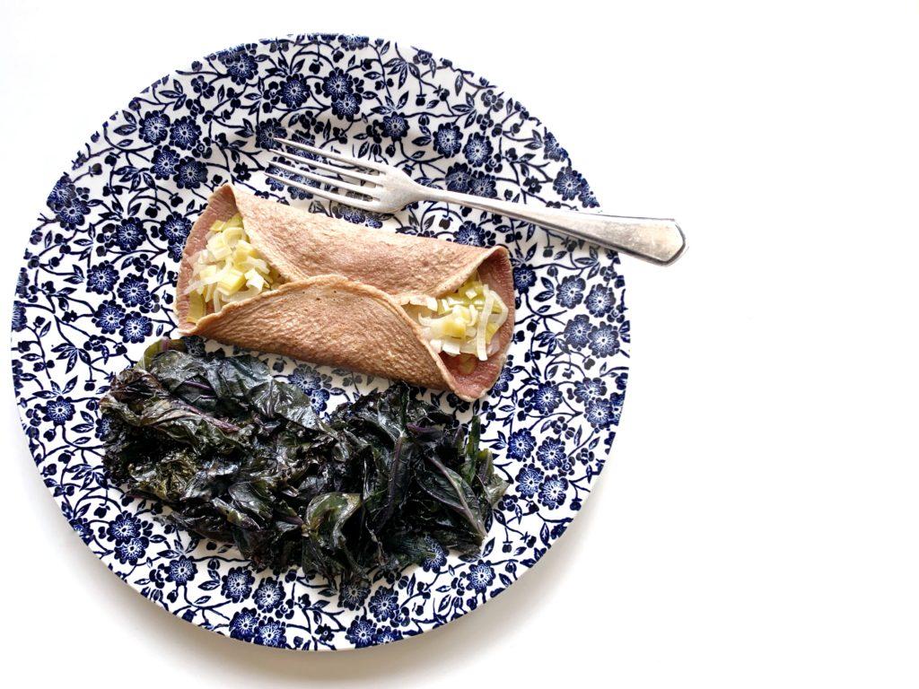 La-crepe-salata-con-il-cavolo-nero-in-padella su tavolo bianco