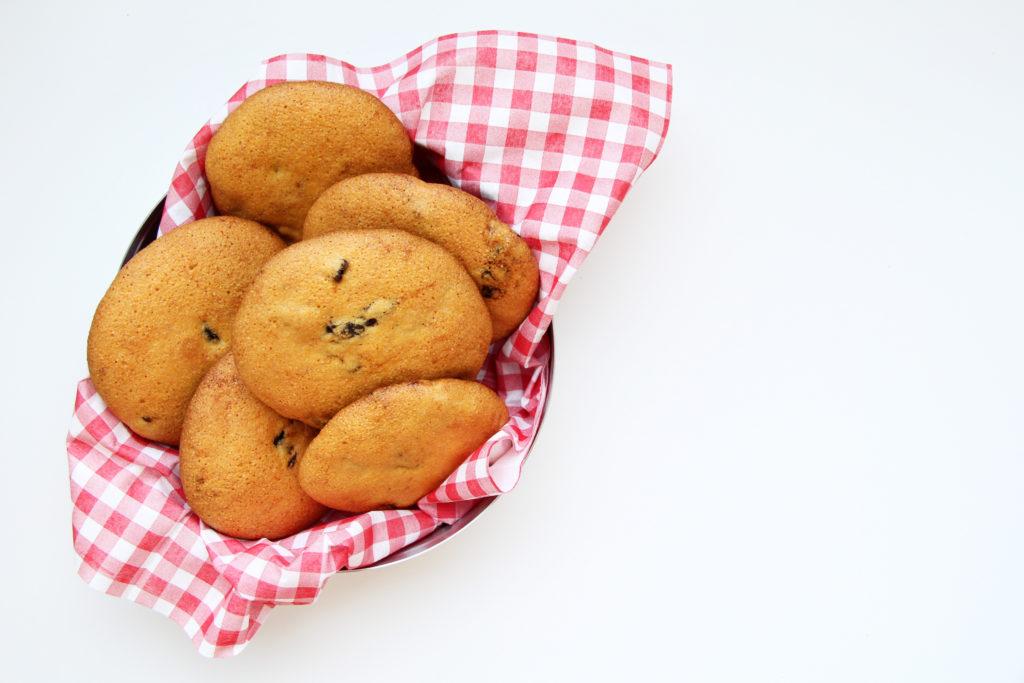 Biscotti-alla-farina-di-mais-con-le-prugne-secche-nella scatola di latta