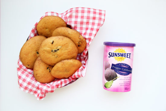Biscotti nella scatola con le prugne Sunsweet con barattolo