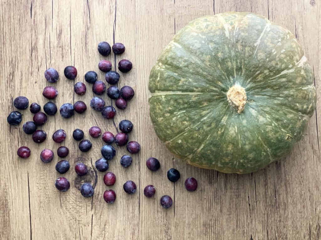 Zucca-Delica-e-olive-nolche su tavolo in legno
