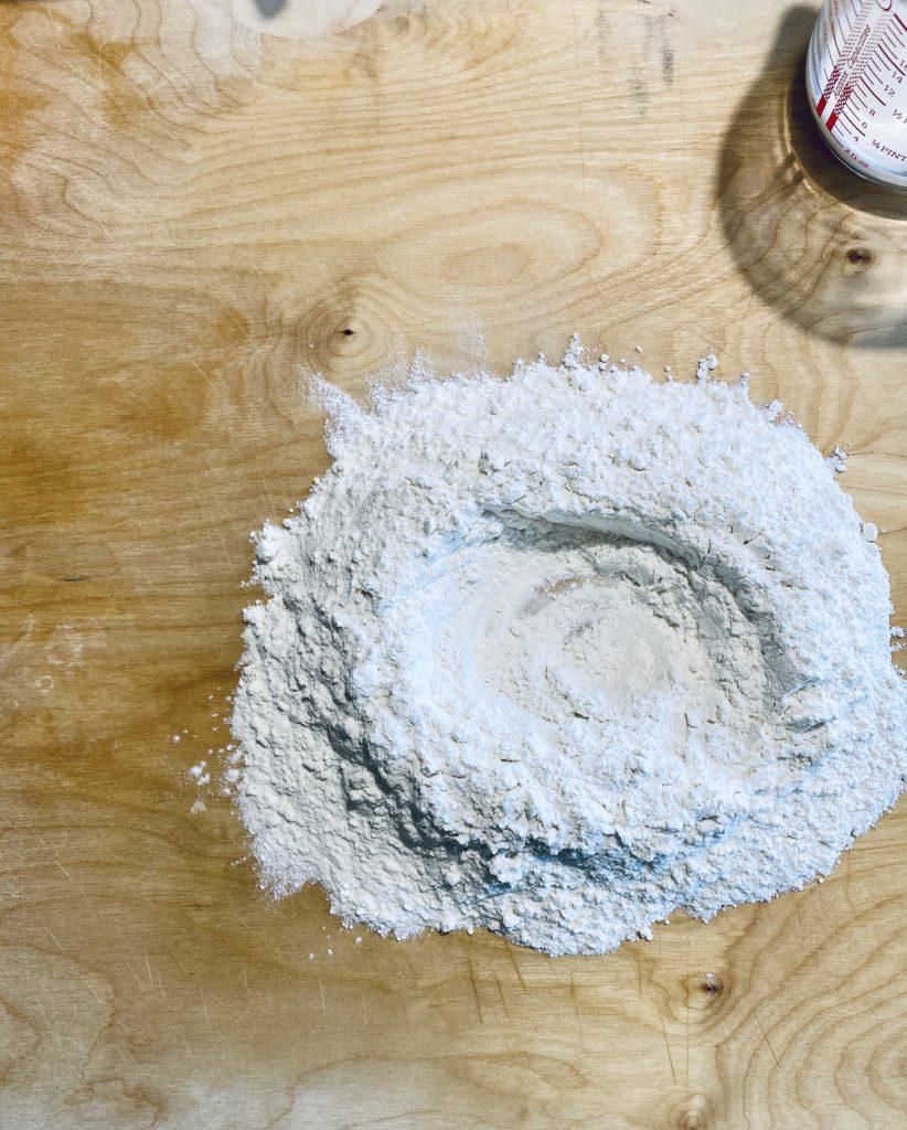 Farina 0 e 00 su spianatoia prima di incorporare gli altri ingredienti