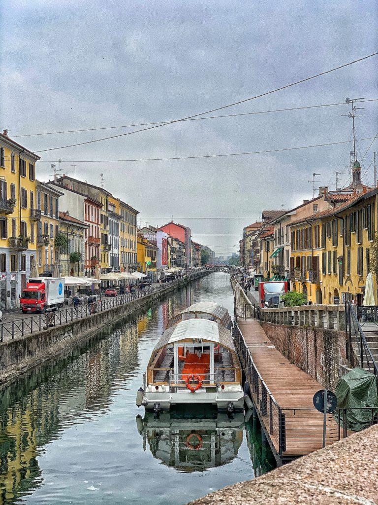 Barca sul Naviglio a Milano vicino alla darsena